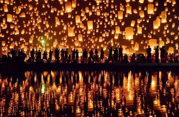 افروختن شمع در فستیوال ای پنگ (Yi Peng) در تایلند