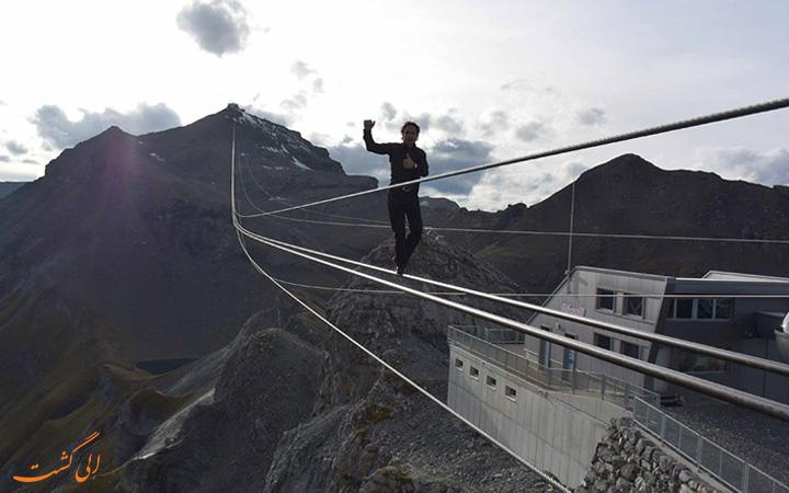 راه رفتن روی طناب در کوهستان