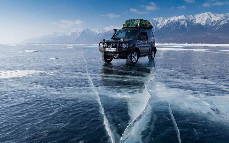 ماشین سواری بر روی دریاچه یخ زده بایکال