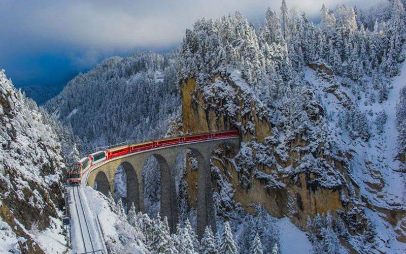 پل زیبای راه آهن در زمستان