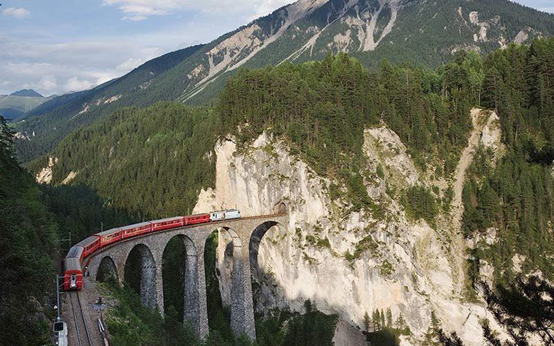 پل زیبای راه آهن در تابستان