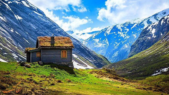 خانه ای قدیمی در دل کوهستان