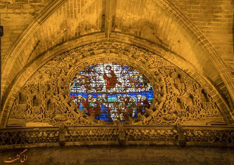نمای زیبایی از پنجره کلیسا