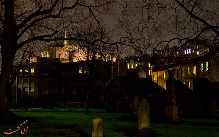 گورستان در شب