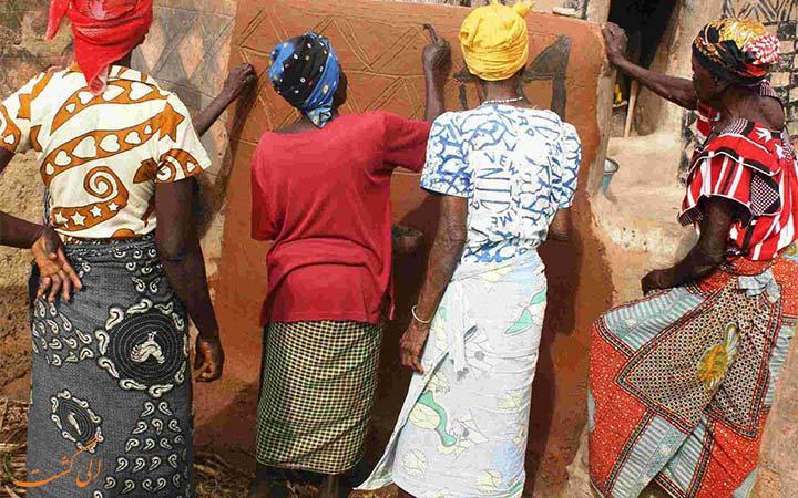 زنان آفریقایی در حال نقاشی روی دیوار