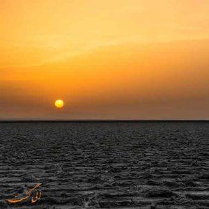 غروب دریاچه نمک خور و بیابانک