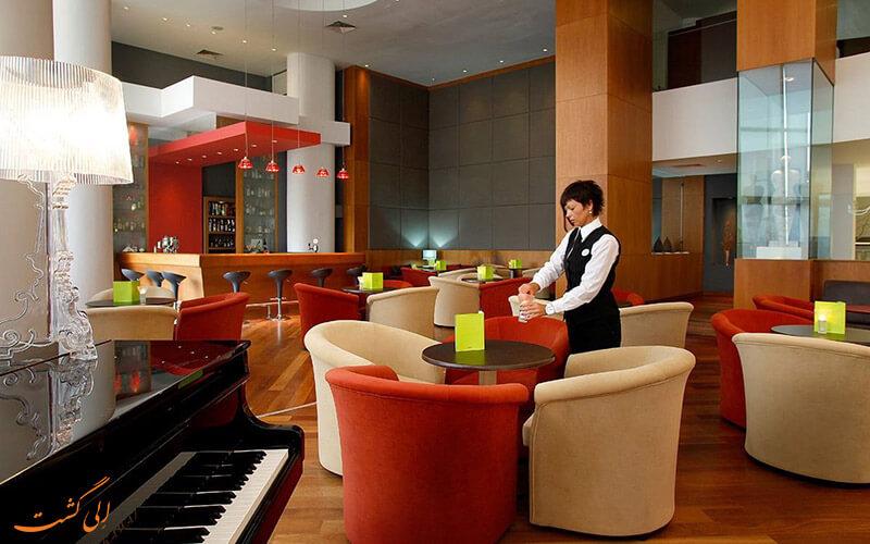 رستوران در هتل گلدن بِی بیچ