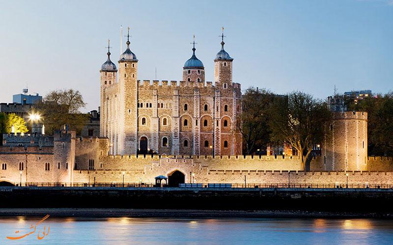 برج لندن در کنار رودخانه