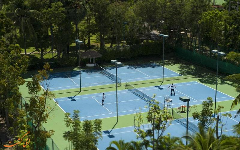 خدمات رفاهی هتل هیلتون پوکت- زمین تنیس
