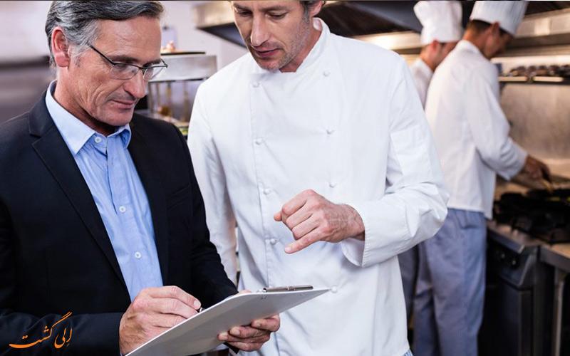 تعامل مدیر رستوران با کارکنان