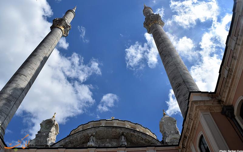 تصویر مناره های مسجد از پایین و نمایش عظمت مسجد