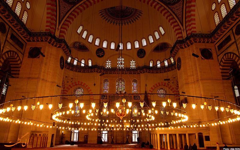 تصویر لامپ های روشنایی داخل مسجد سلیمانیه، از جاذبه های گردشگری استانبول