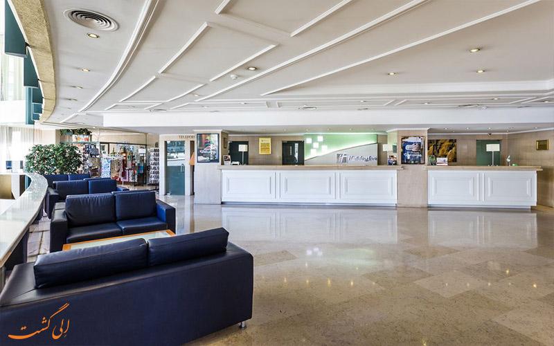 خدمات رفاهی هتل هالیدی این لیسبون- میز پذیرش