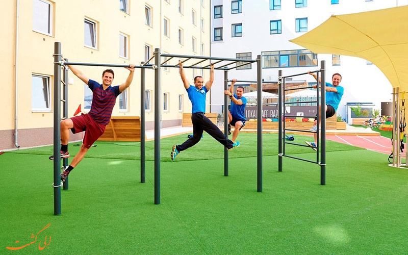 خدمات رفاهی هتل زیتگیست وین- وسایل بازی روی تراس