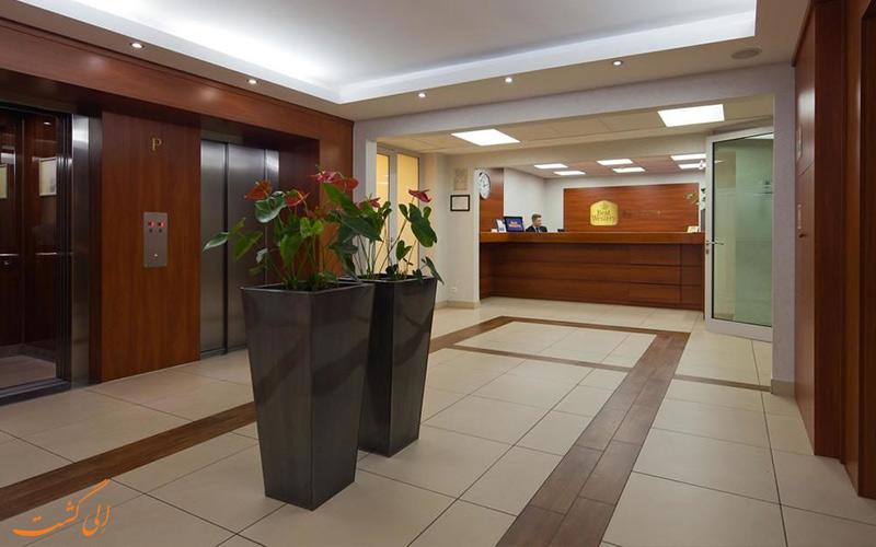 خدمات رفاهی هتل بست وسترن پورتوس ورشو- میز پذیرش