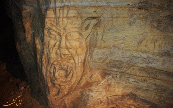 تصویر شیطان روی غار