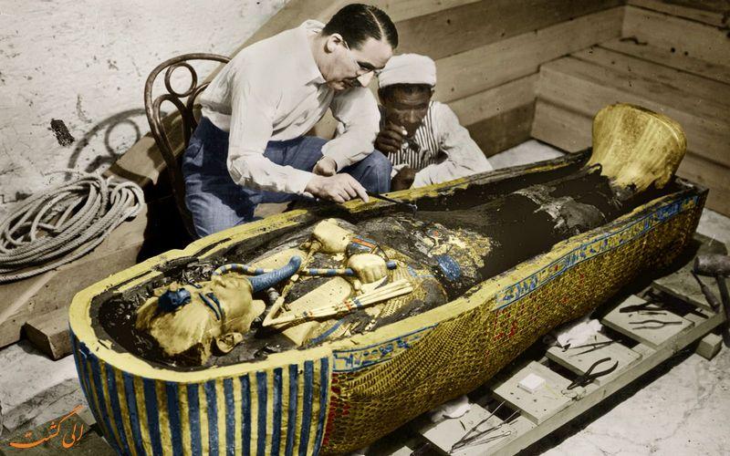 عکسی رنگی شده از هوارد کارتر در مقبره فرعون