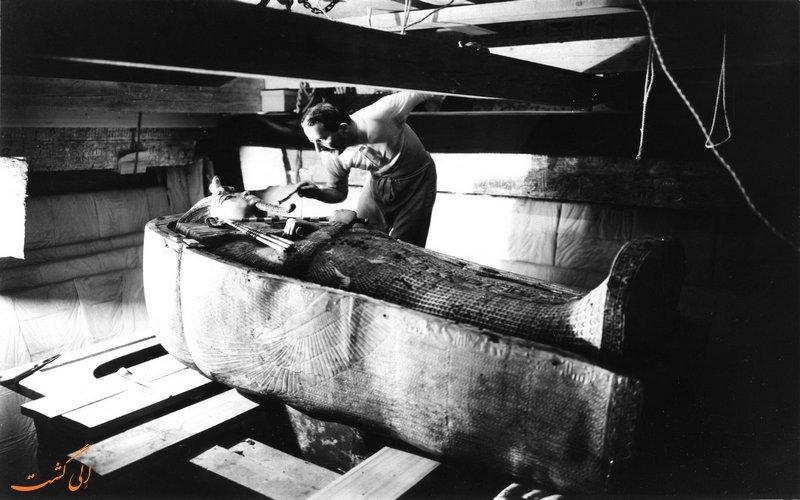 کارتر در حال کاوش در مقبره
