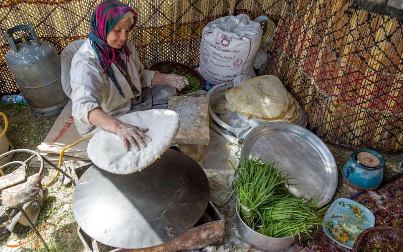 پخت نان محلی توسط زنان بومی