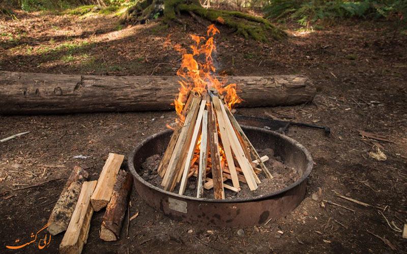 مدل خیمه ای-چیدن هیزم برای برپایی آتش