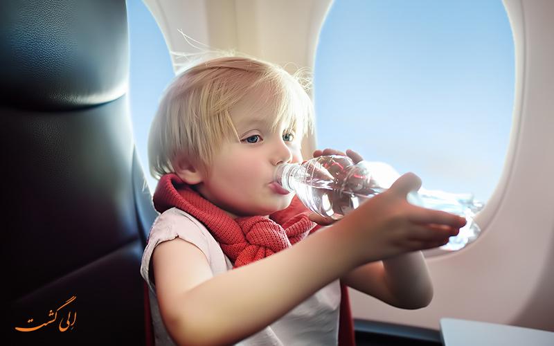 نوشیدن آب در پرواز