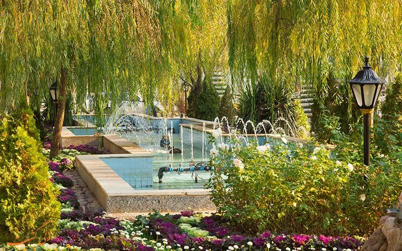 نمایی تابستانی از باغ ملی مشهد