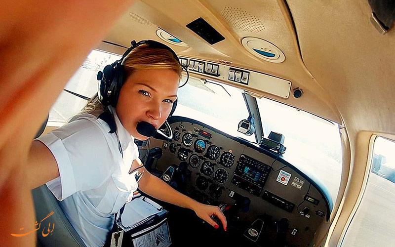 خلبان در کابین