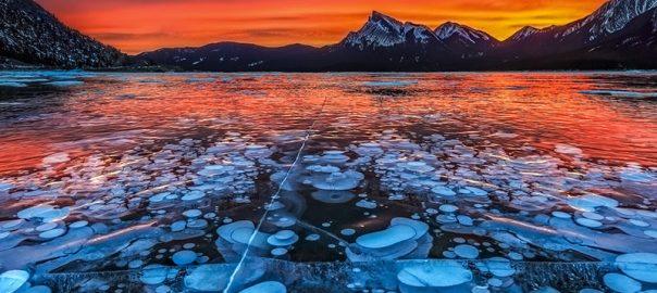 دریاچه حباب های یخ زده در کانادا