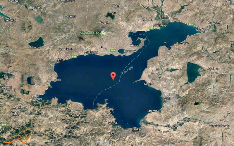 قلعه درون دریاچه وان ترکیه و شهر توشپا