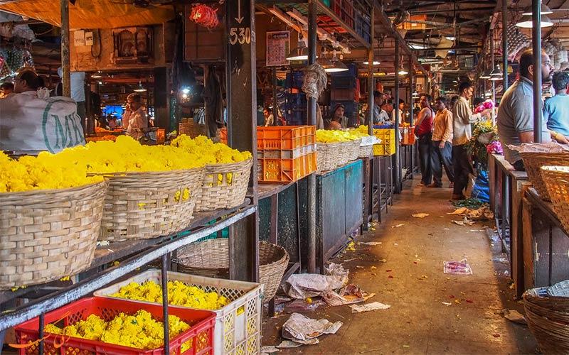 خریدار گل در بازار گل دادار بمبئی