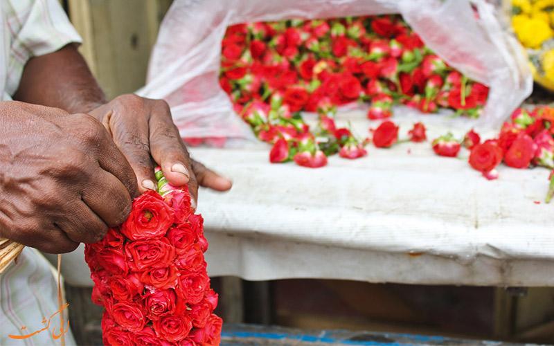 دسته کردن گل ها در بازار گل دادار بمبئی