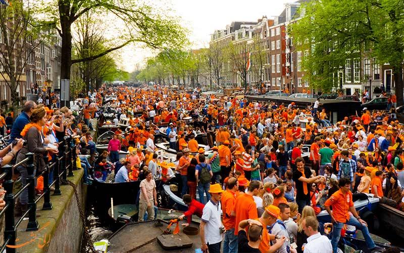 ازدحام مردم در شهر در روز پادشاهی هلند