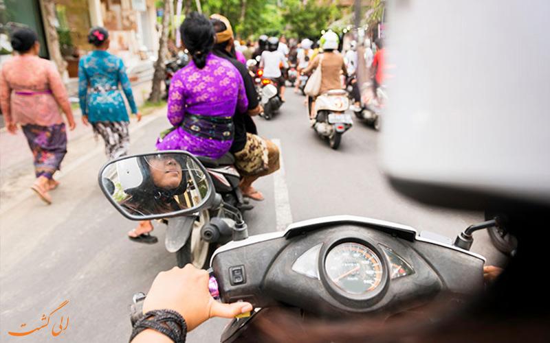 عبور با اسکوتر از خیابان-نکات سفر به شرق آسیا