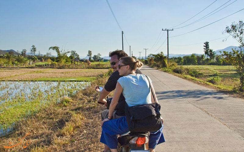 گردشگران با اجاره موتورسیکلت در سفر