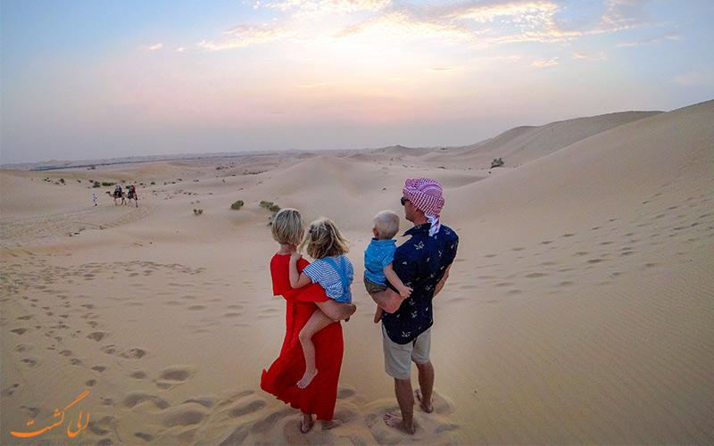 اشتباهات سفر به دبی-خانواده ای خارجی در صحرای دبی