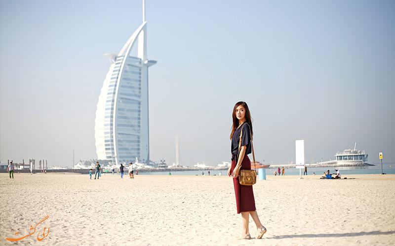 اشتباهات سفر به دبی-گردشگر خانمی در سواحل دبی