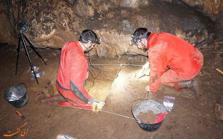 باستان شناسان در حال کار در غار باستانی