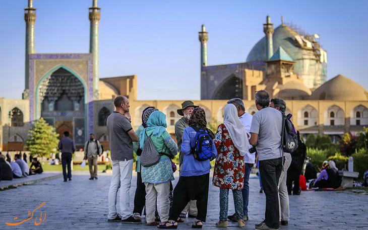 توریست ها در میدان نقش جهان اصفهان
