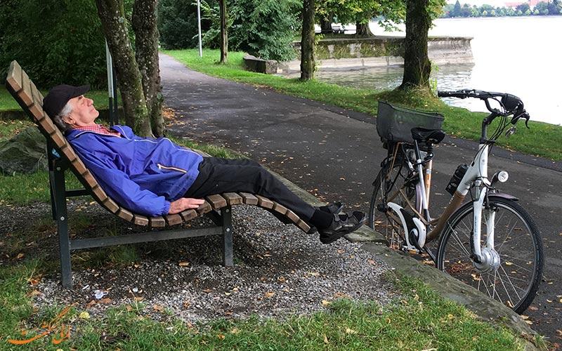 پیرمردی در حال استراحت پس از گردشگری با دوچرخه