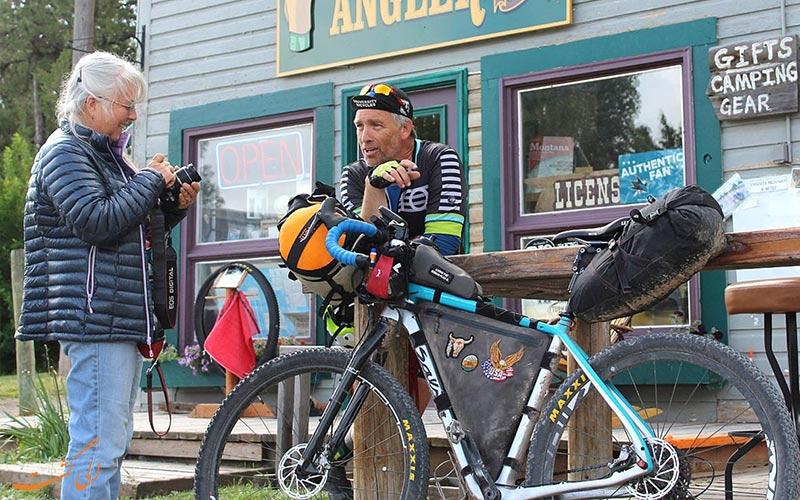 دو گردشگری با دوچرخه در حال استراحت