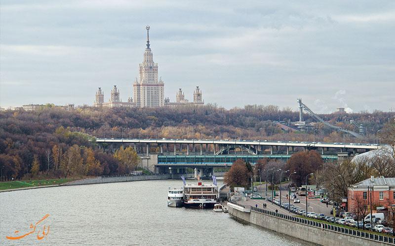 رودخانه در کنار دانشگاه و پل تپه های گنجشک مسکو