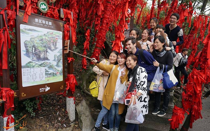 سلفی-با-درخت-دعای پارک ملی تیانمن چین