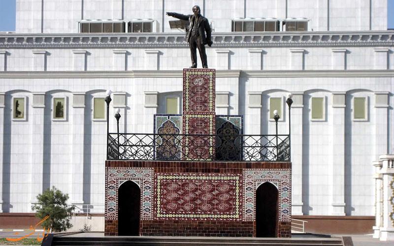 مجسمه لنین از جاذبه های عشق آباد
