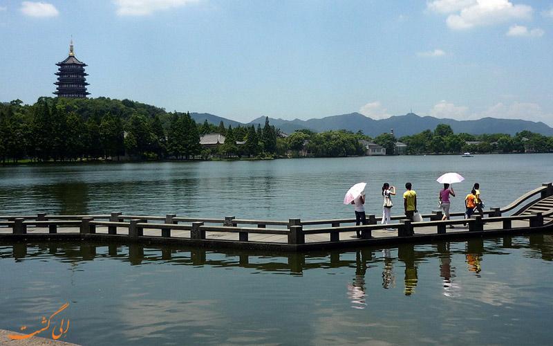 پل های سنگی برای عبور مردم در دریاچه غربی چین
