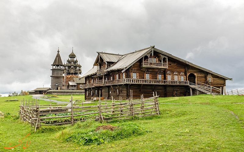 کلبه ها در کنار کلیساهای چوبی جزیره کیژی