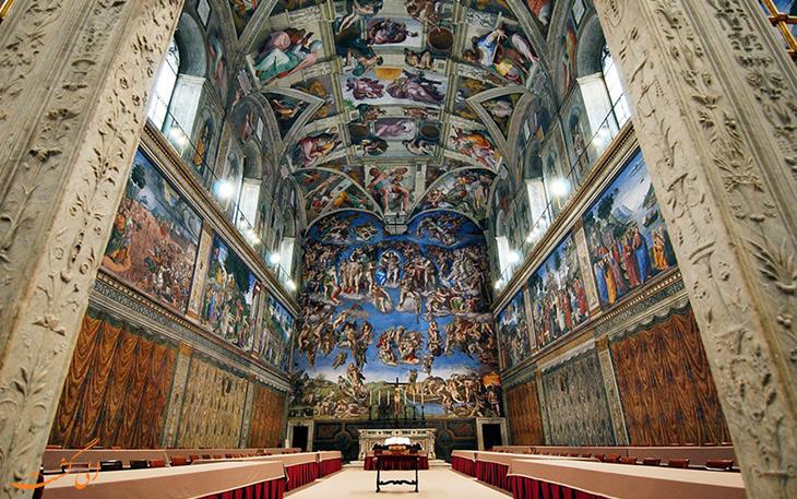 نقاشی خلقت آدم بر روی سقف کلیسا