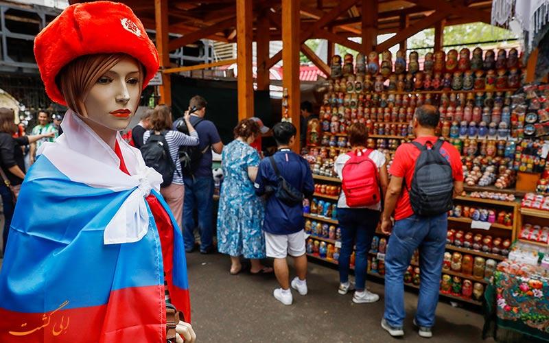 توریست ها در حال خرید