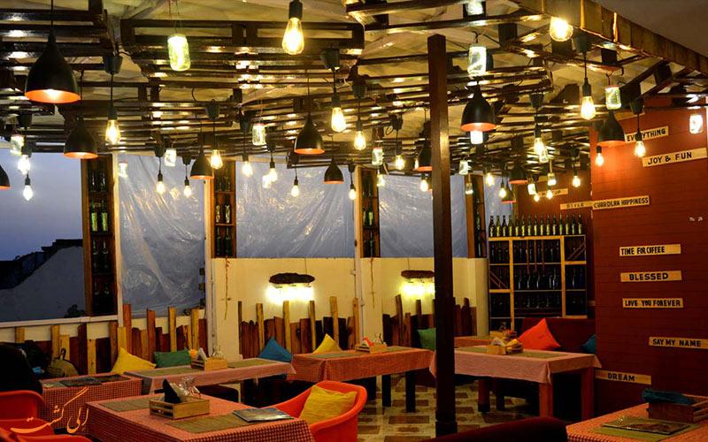سالن رستورانی رنگارنگ در آگرا