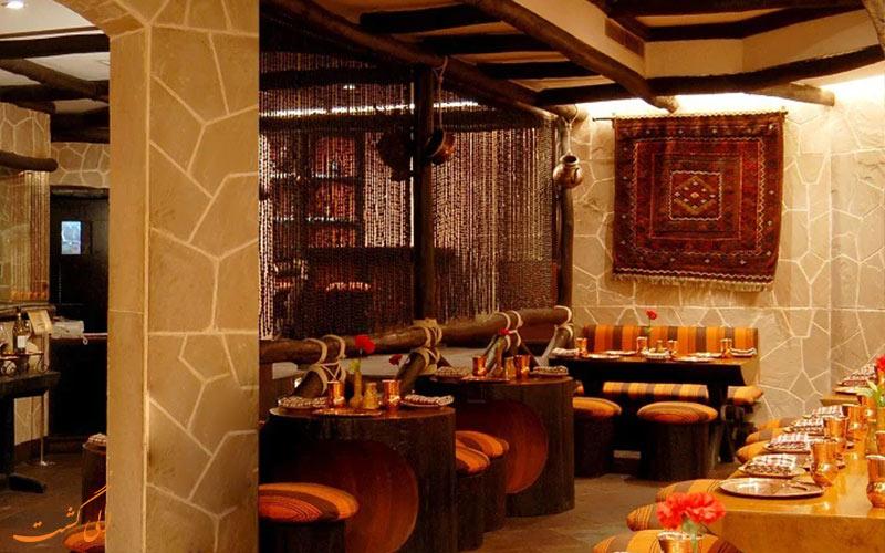 نمای داخلی رستوران پشاوری، با غذاهای افغانی-هندی