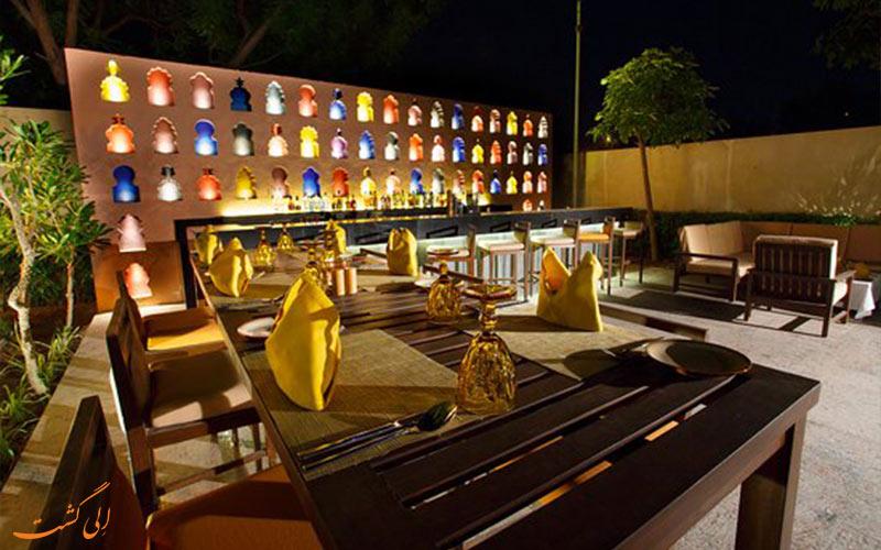 نورپردازی رستوران انیسه، سرو غذا در فضای باز شبانگاهی